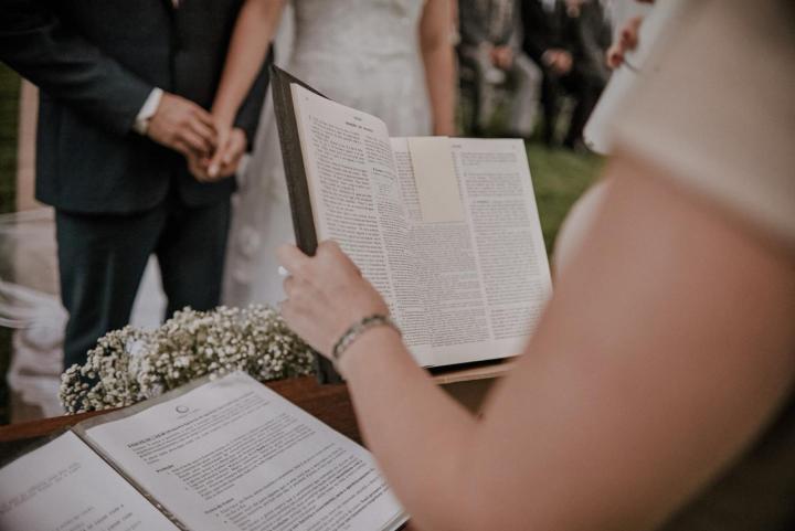 Casamento fora da Igreja: conheça quem deve celebrar do jeito que vocêquer